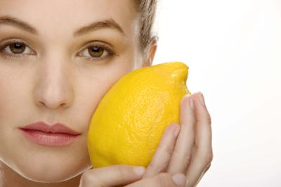 young_women_with_lemon_for_skin